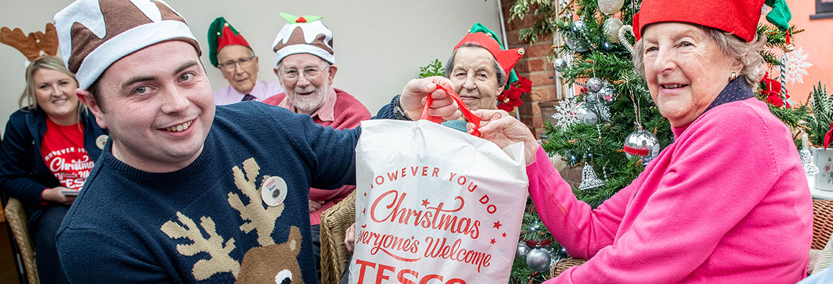 Tesco gives food to Abbeyfield for Christmas
